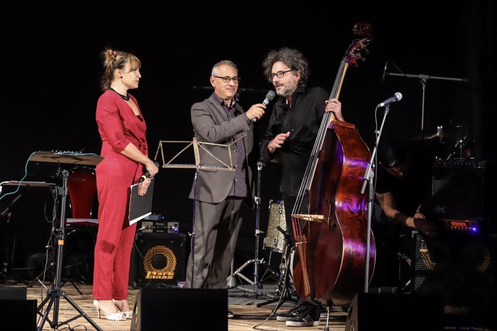 Ferruccio Spinetti, direttore artistico, con i presentatori Carlotta Scarlatto e Ottavio Nieddu nell'edizione 2018